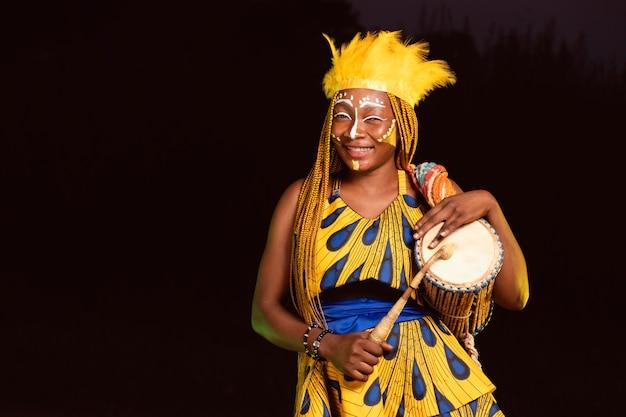 Bella donna di notte al carnevale Foto Gratuite