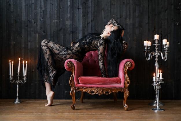 집에서 포즈를 취하는 아름 다운 여자 무료 사진