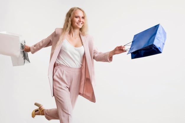 Красивая женщина позирует с сумок Бесплатные Фотографии