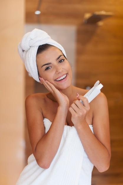 歯を磨く準備ができている美しい女性 無料写真