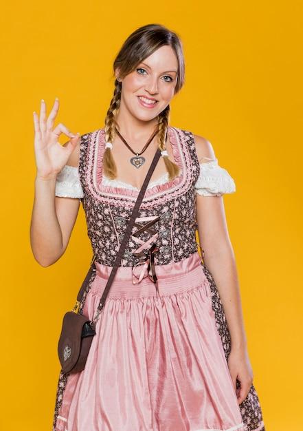 Красивая женщина готова к октоберфест Бесплатные Фотографии