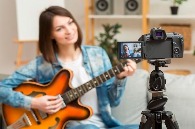 Красивая женщина, запись музыкального видео Бесплатные Фотографии