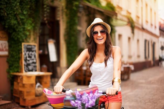 자전거를 타고 아름 다운 여자 무료 사진