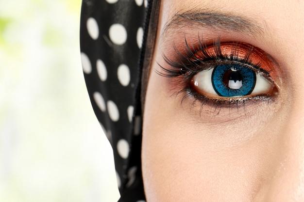Красивый женский глаз с макияжем Premium Фотографии