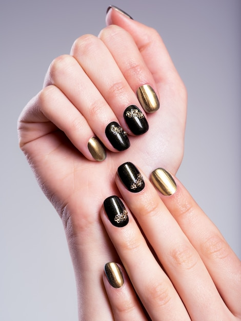 아름 다운 창조적 인 매니큐어와 아름 다운 여자의 손톱 무료 사진