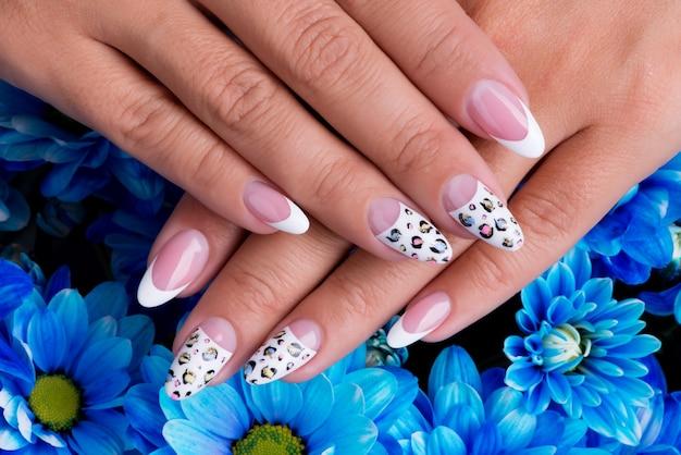 Le unghie della bella donna con bella french manicure e art design Foto Gratuite