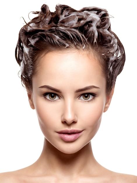 茶色の髪を石鹸で洗う美しい女性-白い壁に 無料写真