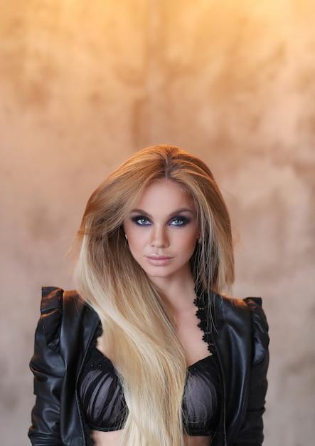 Bella donna che indossa giacca di pelle nera e sexy lingerie nera Foto Gratuite