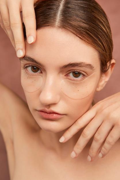 Красивая женщина носить повязки на глаза крупным планом Premium Фотографии