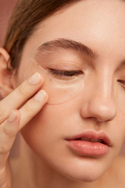 Красивая женщина носить повязки на глаза Premium Фотографии