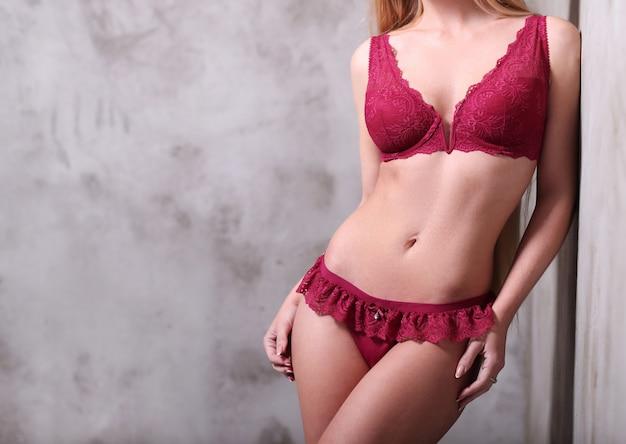 Красивая женщина в сексуальном красном белье Бесплатные Фотографии