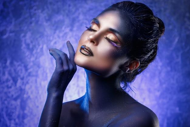 Красивая женщина с креативным макияжем и боди-артом Premium Фотографии