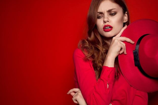 赤い帽子と赤い口紅の美しい女性 Premium写真