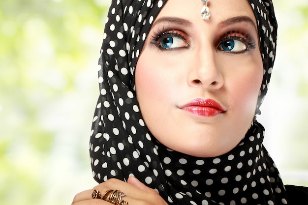 Красивая женщина с черным шарфом Premium Фотографии