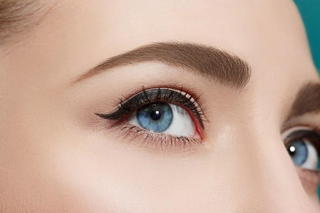 Bella donna con gli occhi azzurri Foto Gratuite