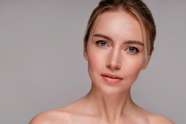 Красивая женщина с чистой кожей Бесплатные Фотографии
