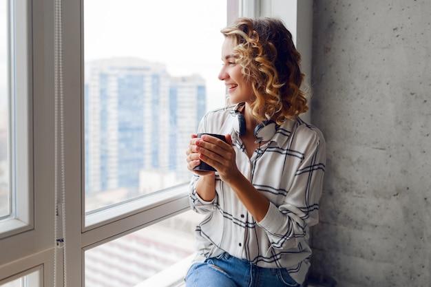 Красивая женщина с чашкой кофе Бесплатные Фотографии