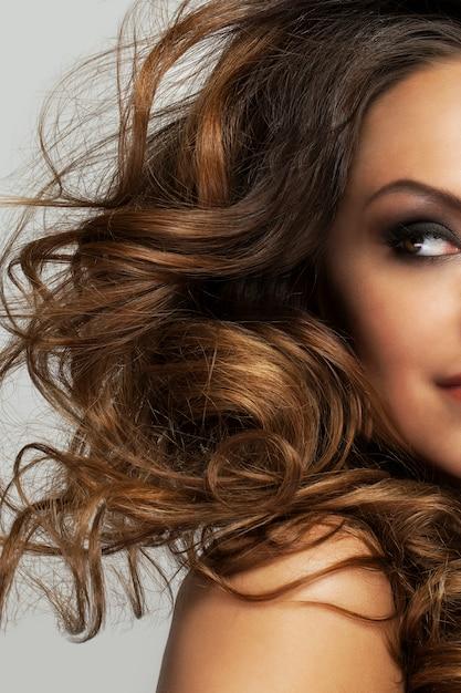 곱슬 머리와 화장으로 아름 다운 여자 무료 사진