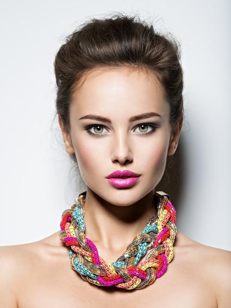 イブニングメイクジュエリーと美容ファッション写真を持つ美しい女性 無料写真