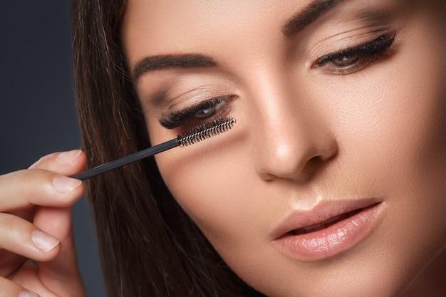 Красивая женщина с наращиванием ресниц Premium Фотографии
