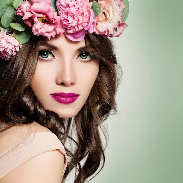 Beautiful woman with flowers wreath. Premium Photo
