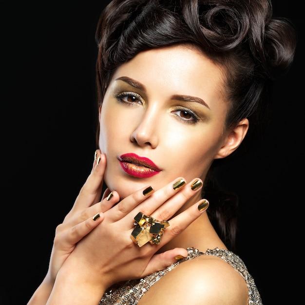 황금 손톱과 눈의 패션 메이크업으로 아름 다운 여자. 무료 사진