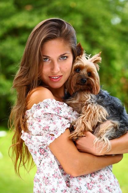 彼女のかわいい犬と美しい女性 無料写真