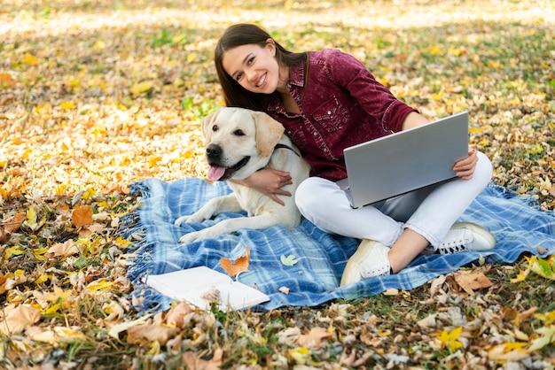 Красивая женщина с ее собачкой в парке Бесплатные Фотографии