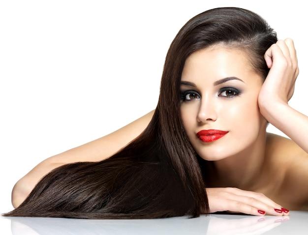 長い茶色のストレートの髪を持つ美しい女性-白い背景で隔離 無料写真