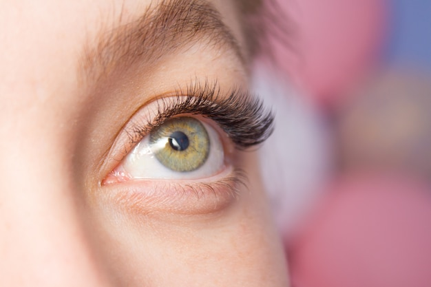 Beautiful woman with long lashes in a beauty salon Premium Photo
