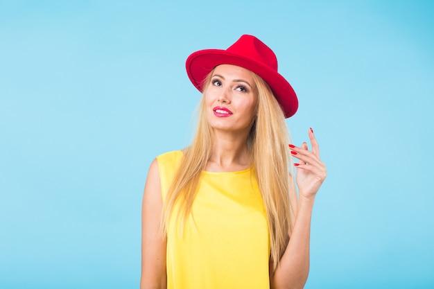 長いストレートブロンドの髪を持つ美しい女性。スタジオでポーズをとるファッションモデル Premium写真