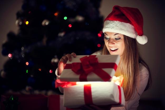 마법의 선물을 가진 아름 다운 여자 무료 사진