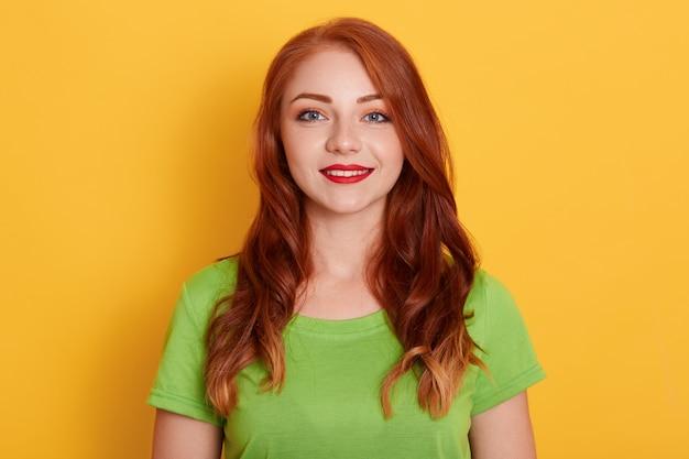 Bella donna con viso sorridente naturale con labbra rosse, indossa la maglietta verde Foto Gratuite