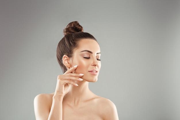 자연 메이크업으로 아름 다운 여자 프리미엄 사진