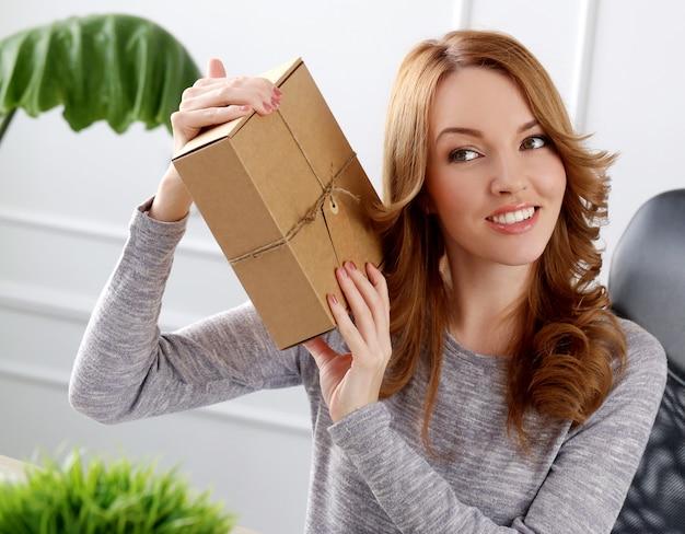 Красивая женщина с пакетом Бесплатные Фотографии