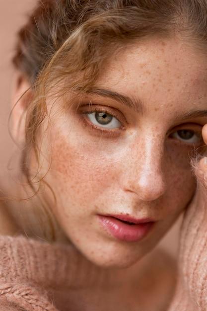 ピンクのセーターのクローズアップと美しい女性 無料写真
