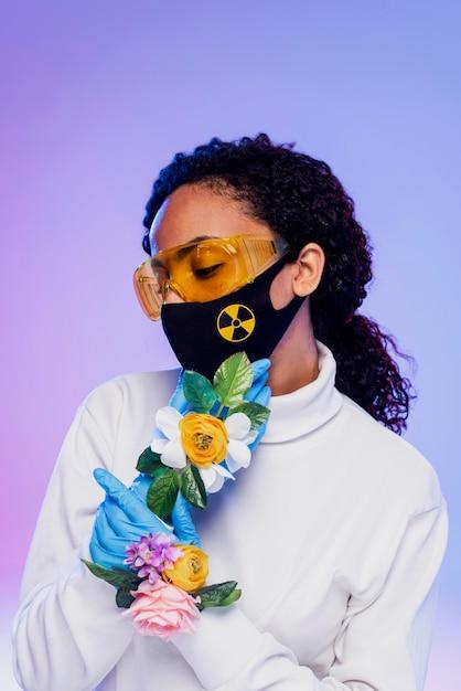 Красивая женщина в защитных очках и цветочных перчатках Бесплатные Фотографии