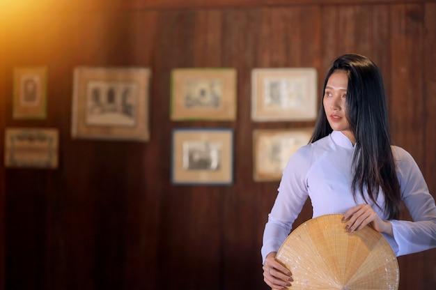 Красивая женщина с традиционной культурой вьетнама, винтажным стилем, хой ан вьетнам Premium Фотографии