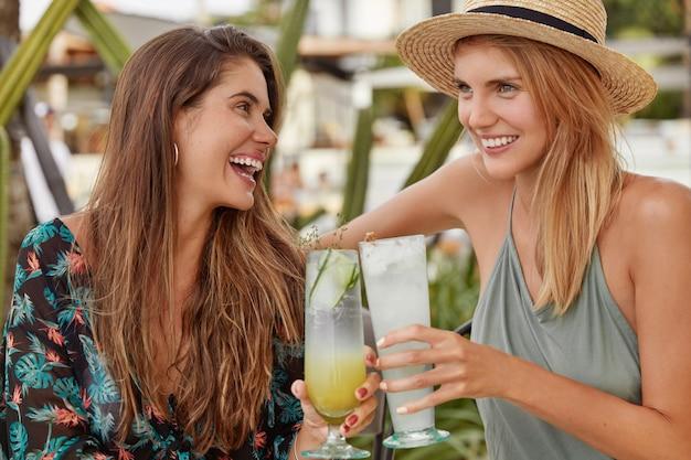 Le belle donne amano trascorrere del tempo insieme nella caffetteria Foto Gratuite