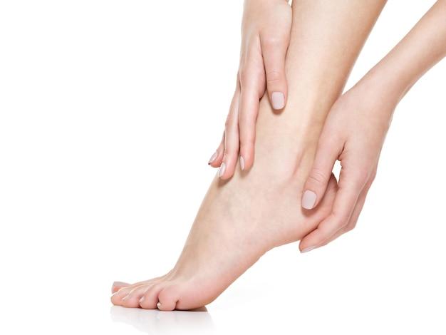 Ноги красивых женщин изолированные на белизне. крупный план. Бесплатные Фотографии