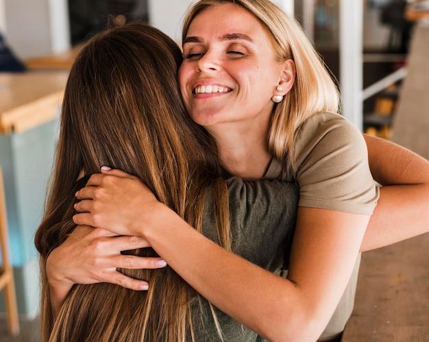 Belle donne che si abbracciano Foto Gratuite