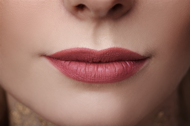 Oblik usana  - Page 2 Beautiful-women-s-lips-close-up-beauty-skin-care-concept_78492-1090