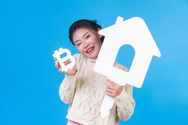 아름 다운 여자 집 기호 및 파랑에 바트와 함께 새로운 긴 소매 흰 셔츠를 착용. 주택 거래. 무료 사진