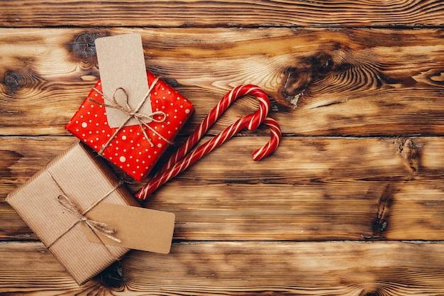 木製の背景の上面図に美しいラップされたクリスマスプレゼント Premium写真