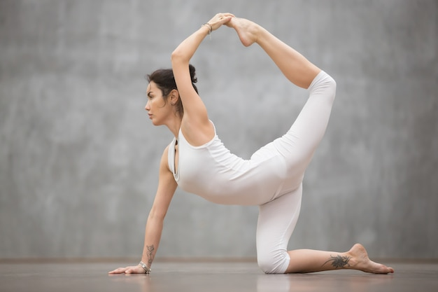 Beautiful yogi woman doing chakravakasana pose Free Photo