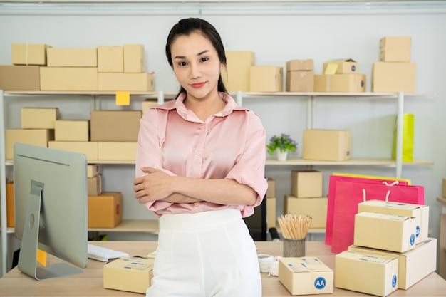 Красивая молодая азиатская женщина в электронной коммерции и онлайн покупках, счастливая женщина показывая вверх поддельную кредитную карточку. Premium Фотографии