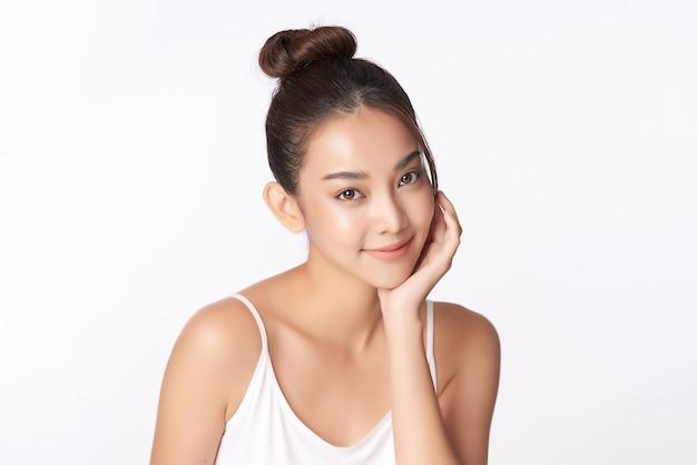 Красивая молодая азиатская женщина с чистой свежей кожей, уход за лицом, уход за лицом, косметология, красота, азиатский женский портрет Premium Фотографии