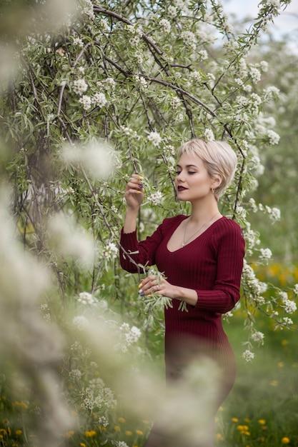 Блондинка позирует в саду