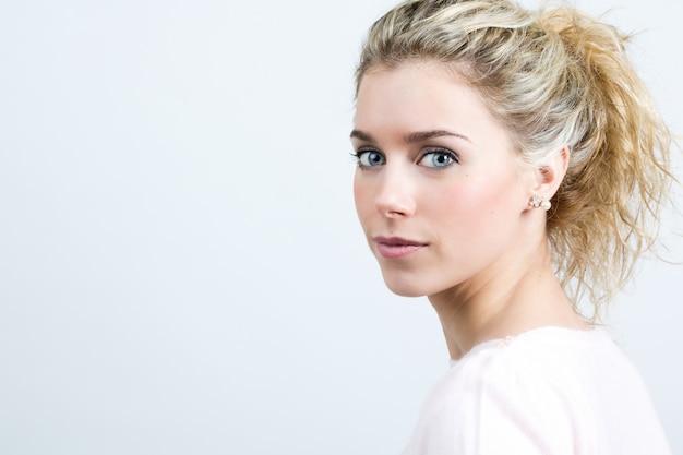 Красивая молодая блондинка женщина, глядя на камеру Бесплатные Фотографии