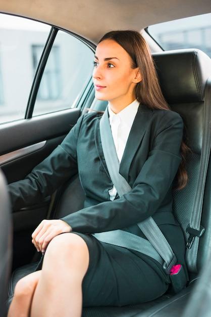 車の中に座っている美しい若い実業家 無料写真